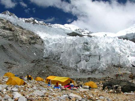 Baza na lodowcu Barun (fot. Polski Himalaizm Zimowy 2010-2015)