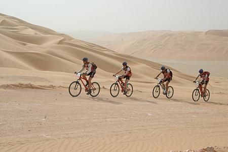 Speleo na rowerach - walka z wiatrem i zawianym piachem. Abu Dhabi