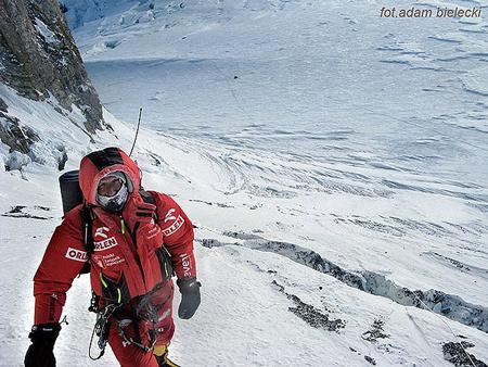 Wyprawa na Gasherbrum I - Janusz w Kuluarze Japońskim, w tle obóz drugi (fot. Adam Bielecki)