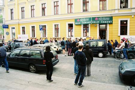 Kolejka na otwarcie sklepu przy ul. Ładnej (fot. Skalnik)