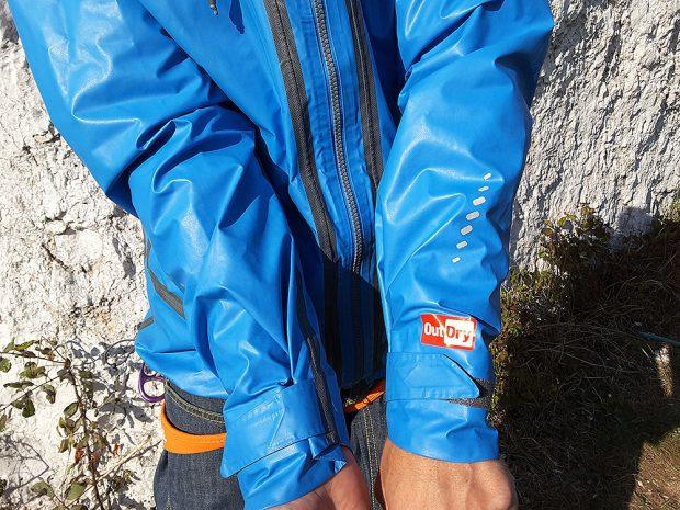 Dobrze chronione są – przedłużone na wierzchu dłoni - mankiety, na których zastosowano taśmy velcro (fot. wspinanie.pl)