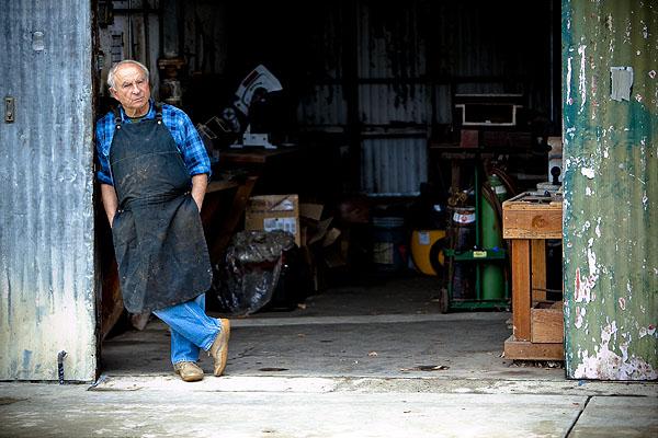 Yvon Chouinard przed swoim pierwszym warsztatem Tin Shed, Ventura, Kalifornia (fot. Tim Davis / Patagonia)