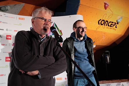 Jerzy Surdel i Marcin Koszałka prezentują werdykt, poniżej zwycięska statuetka (fot. Adam Kokot/KFG)
