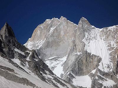 Meru Peak. Droga amerykańskiego zespołu biegnie ogromnym filarem w prawej części ściany (fot. Meru Eleven)