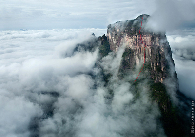 "Cerro Autana z orientacyjna linia drogi ""The Yopo Wall"" (fot. Alastair Lee)"