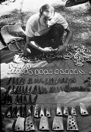 Yvon Chouinard sprzedaje swój własnoręcznie wykonany sprzęt wspinaczkowy  na Camp 4 w Dolinie Yosemite, lata 60. (fot. Patagonia
