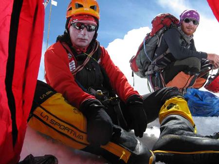 Tomasz Wolfart i Maciej Stańczak w zejściu po założeniu obozu III (7400m), odpoczywają w obozie II (6500m) (fot. Adam Bielecki)