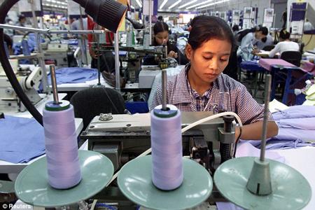 Fabryka odzieży w Kambodży (fot. Reuters)
