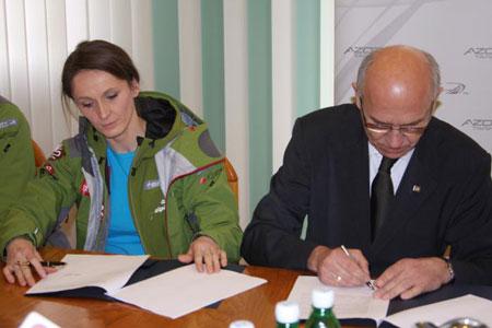 Edyta Ropek podpisuje umowę z Azotami Tarnów (fot. Azoty Tarnów)