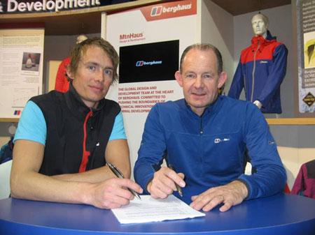 Leo Houlding podpisuje kontrakt (fot. Berghaus)