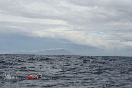 Rafał Ziobro podczas pierwszego przepłynięcia wpław Cieśniny Beringa (fot. Guillermo Galloshaw)