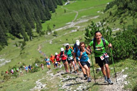 Gore-Tex Transalpine Run 2011, podejście w trakcie pierwszego dnia biegu (fot. Salomon)