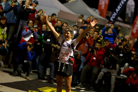The North Face Ultra-Trail du Mont Blanc, Lizzy Hawker na mecie (fot. Damiano Levati)