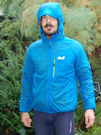 Spiderwind Jacket bez problemu mieści pod siebie kurtkę z PrimaLoft - komplet na chłodniejsze warunki