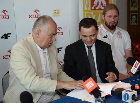 Prezes Polskiego Związku Lekkiej Atletyki - Jerzy Skucha oraz Prezes OTCF Igor Klaja podpisują umowę (for. Marek Biczyk)