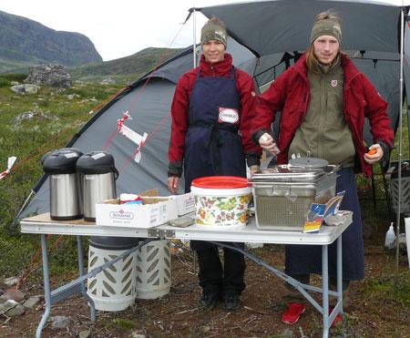 Młodzi ludzie częstują kawą, herbatą i szwedzkimi specjałami (fot. Aneta Żukowska)
