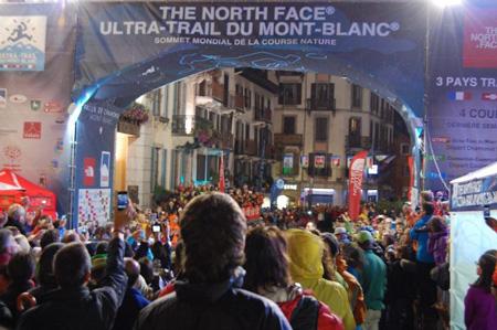 W strugach deszczu tłum wita zwycięzcę TDS - Dawa Sherpa (fot. 4outdoor.pl)
