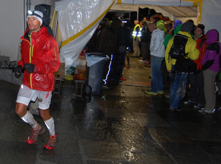 The North Face® Ultra-Trail du Mont-Blanc® 2012 - Zawodnicy na trasie 10. UTMB (fot. 4outdoor.pl)
