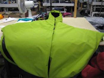 Peleryna w fabryce Arc'teryxa (fot. www.snewsnet.com)
