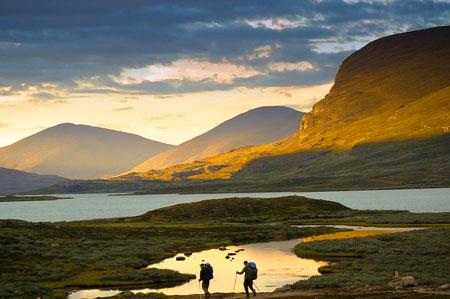 Trekkerzy na tle jeziora Alesjaure (fot. Aneta Żukowska)