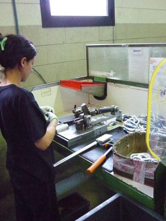 Nie wszędzie człowieka może zastąpić maszyna. Ostateczna kontrola jakości (fot. Snap)