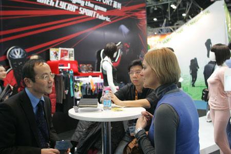 Biznesowe rozmowy na ispo china 2011 (fot. Messe Munchen GmbH)