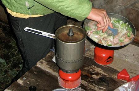 Jonh Race testuje kuchenkę MSR Reactor Stove System (fot. alpinist.com)