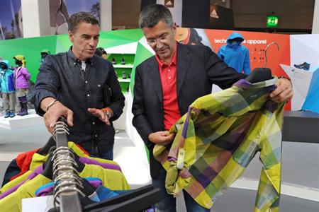 Rolf Reinschmidt, wiceprzewodniczący global outdoor adidas rozmawia z Herbertem Hainer'em (fot. Messe Friedrichshafen GmbH)