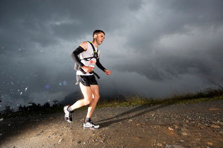 Zawodnik na The North Face Ultra-Trail du Mont-Blanc (fot. Damiano Levati)