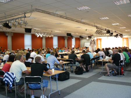 Pełna sala podczas pokazów marki Hi-Tec (fot. 4outdoor.pl)