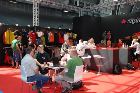 Targi Kielce Sport-Lato 2011, biznesowe rozmowy na stoisku Alpinusa (fot. 4outdoor.pl)