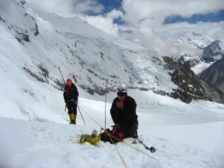Makalu 2011 - Artur Hajzer i Tomasz Chwastek składają depozyt w miejscu obozu II (6500 m). (fot. K. Tekieli)