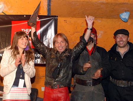 Alain Robert ze swoją statuetką (fot. wspinanie.pl)