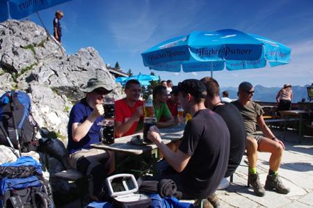 Friends of Fenix - odpoczynek w schronisku Stie Alm (1500 m) po sobotniej wędrówce