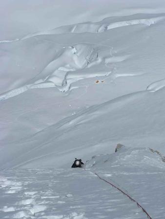 Zdjęcie zrobione z najwyższego osiągniętego punktu na drodze (ok. 7000m). Po poręczówce wspina się Artur Hajzer. W tle widoczny obóz II (fot. Adam Bielecki)