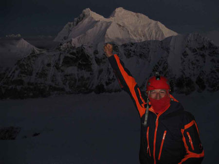 Adam Bielecki powyżej obozu II. W tle Lhotse i Everest na chwilę przed wschodem słońca (fot. Artur Hajzer)