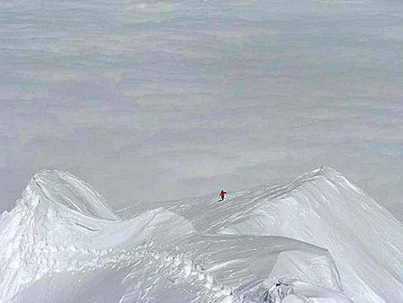 Makalu 2011 - Tomek Wolfart na grani szczytowej. Zdjęcie zrobione ze szczytu Makalu (fot. A.Bielecki)