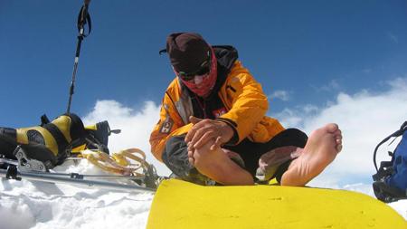 Makalu 2011 - Artur Hajzer egzaminuje stan swoich palców po ciężkim zejściu do C2 (fot. Kacper Tekieli)
