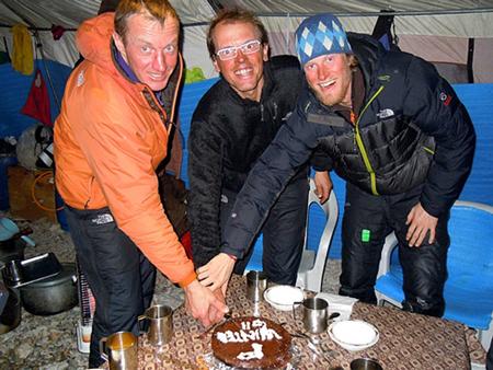 Świętowanie sukcesu po zejściu z Gasherbruma II (fot. simonemoro.com)