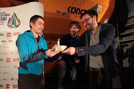 Adam Pustelnik otrzymał tort od organizatorów KFG (fot. Adam Kokot/KFG)