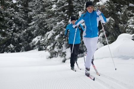 Narciarstwo biegowe to świetna propozycja dla sportowców chcących poprawić swoją wydolność (fot. Amer Sports)