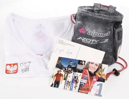 Zestaw przekazany przez Edytę Ropek: koszulka kadry narodowej PZA, woreczek na magnezję i zdjęcie z autografem, fot. Studio FOTO