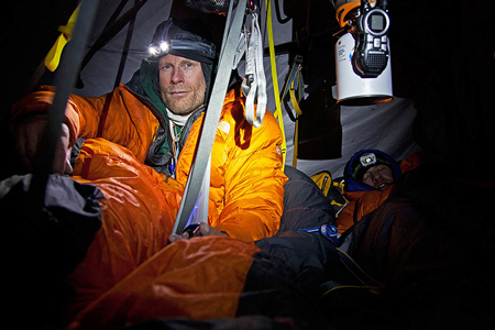 Conrad Anker podczas akcji na Meru Peak (fot. Jimmy Chin / The North Face)