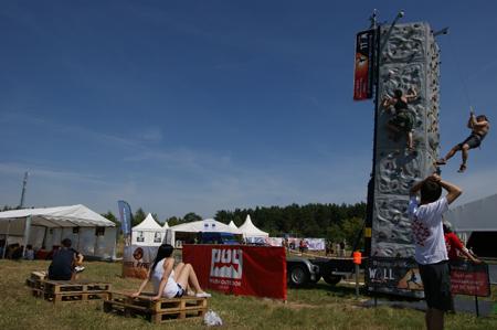 Miasteczko Himalajskie POG na Woodstock 2012 - wspinaczka na Wall Be Safe (fot. POG)