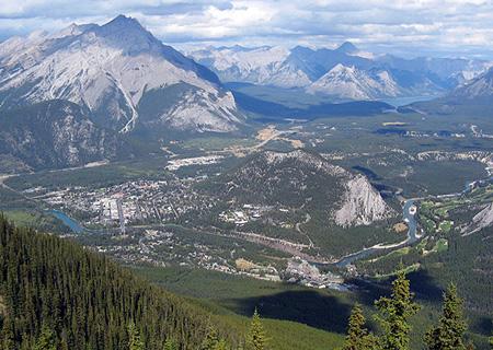 Ogólny widok Banff z Sulfur Mountain. W środku zdjęcia widoczne Banff Centre  (fot. Janusz Kurczab)