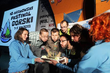 10. Krakowski Festiwal Górski, organizatorzy i urodzinowy tort (fot. Adam Kokot/KFG)