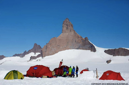 Ulvetanna - Leo Houlding na wyprawie z: Sean Leary, Jason Pickles, David Reeves, Chris Rabone, Alastair Lee (fot. Berghaus)