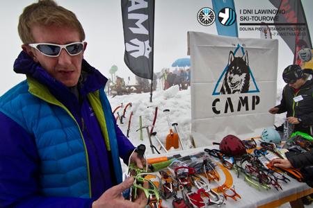 I Dni Lawinowo Ski-tourowe w Dolinie Pięciu Stawów - Paweł Marchlewicz czuwa na stoisku firmy Namaste (fot. Jan Wierzejski)