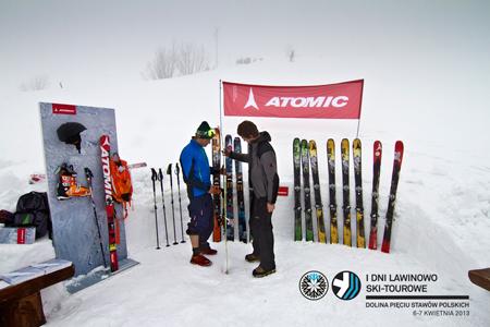 I Dni Lawinowo Ski-tourowe w Dolinie Pięciu Stawów - stoisko marki Atomic (fot. Jan Wierzejski)