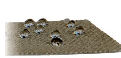 Zdjęcia materiałów z postawionymi kroplami wody i efektem samooczyszczania